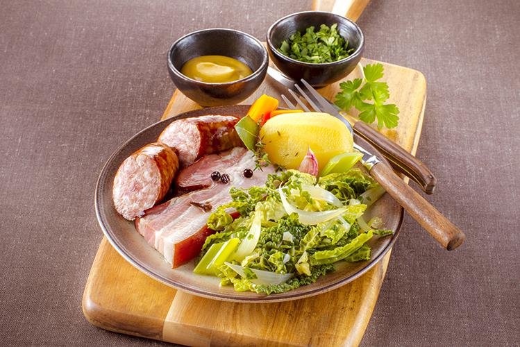 saucisse-et-lard-vapeur-choux-vert-et-pommes-de-terre-vapeur