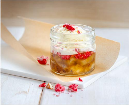 Pour-les-Editions-Larousse-Coffret-Desserts-in-a-jar-bananes-cramelisees-glace-vanille-pralines-roses