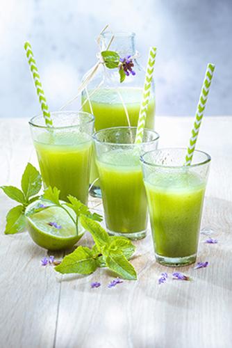 jus de fruits et legumes frais maison concombre citron vert basilic persil menthe et poivre vert photo Marielys Lorthios recette Marion guillemard
