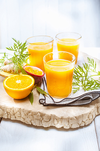 jus de fruits et legumes frais maison orange carrotte fruits de la passion gingembre photo Marielys Lorthios recette Marion guillemard