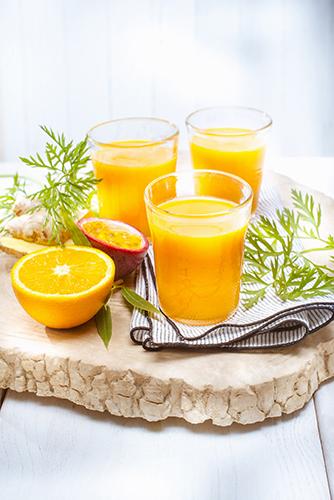 jus de fruits et legumes frais maison orange carrotte fruits de la passion gingembre photo Marielys Lorthios recette Marion guillemard