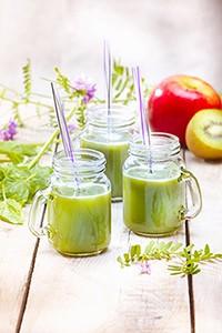 jus de fruits et legumes frais maison concombre citron vert basilic persil menthe et poivre vert photo Marielys Lorthios recette Marion guillemard m