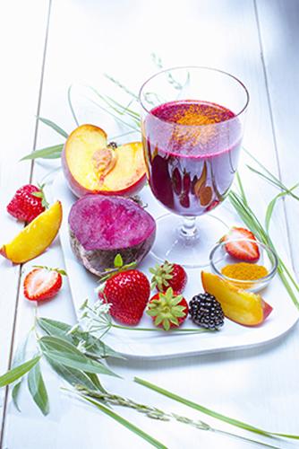 jus de fruits et legumes frais maison fraises mures peches betterave et curcuma photo Marielys Lorthios recette Marion guillemard