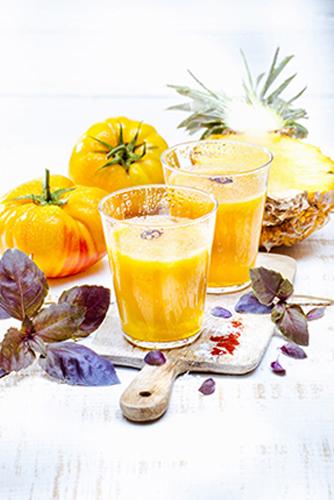 jus de fruits et légumes maison tomates jaune ananas basilic pourpre safran huile d'olive