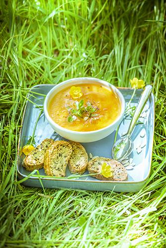 fraicheur des smoothies frais recette soupe de tomates jaunes et croquants aux olives YELLOW TOMATO SOUP AND OLIVE CRACKERS