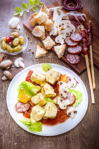fondue-savoyarde-fromage-charcuterie-champignons-olives-emmental-pain-jambon-sec-saucisse