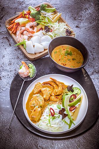 fondue-thailandaise-poisson-crevettes-gambas-brocolis-citron-vert-chou-blanc-champignons-noirs-sauce-thai