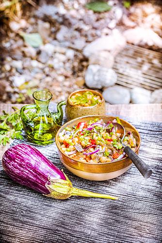 Salade-marocaine-aux-pois-chiches-aubergines-oignons-rouges-et-huile-d-olive